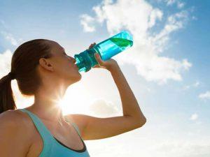 thường xuyên uống nước khi mắc bệnh vẩy nến