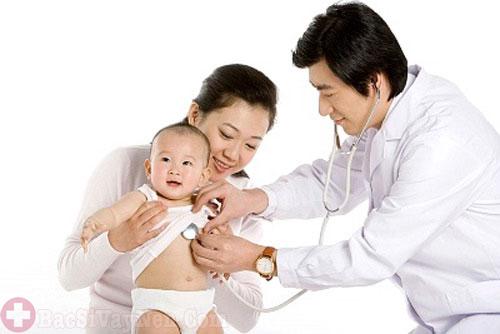 Đưa trẻ đến gặp bác sĩ khi có dấu hiệu bệnh vảy nến trắng