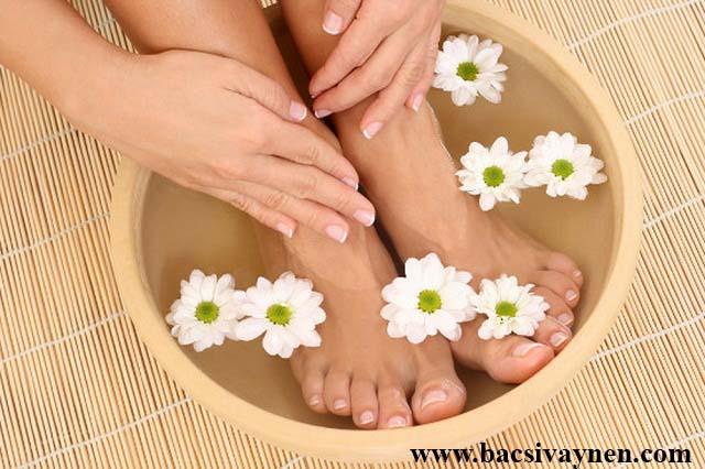 Không ngâm chân tay bằng nước ấm quá nhiều lần khi mắc bệnh á sừng